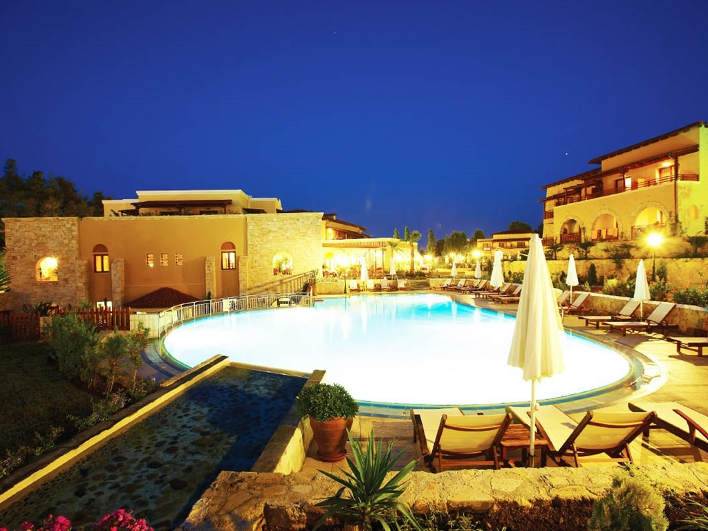 Aegean Melathron Hotel - нощен изглед
