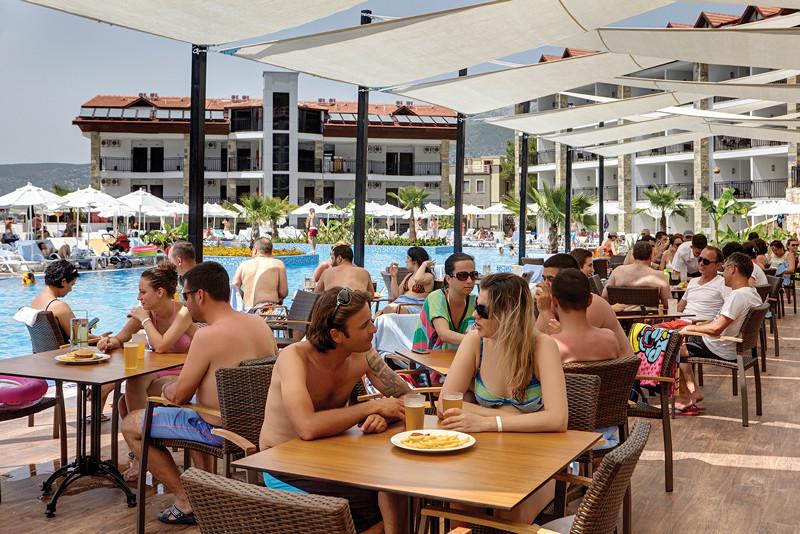 Ramada Resort Akbuk - бар