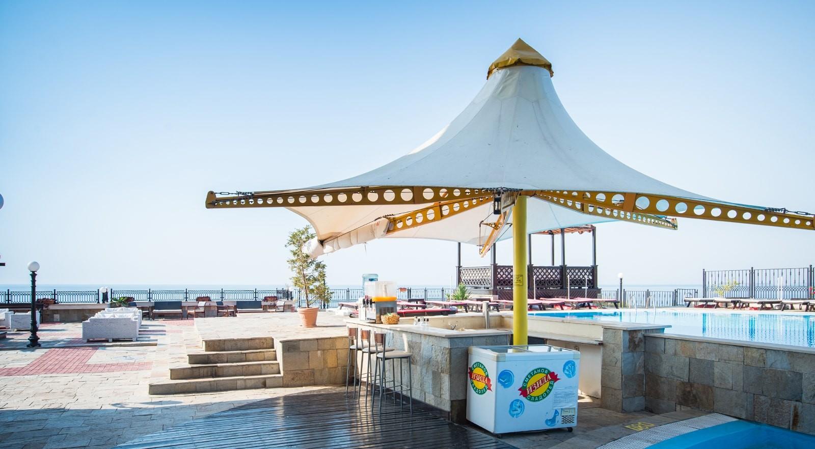 Хотел Цезар Палас 4* - бар на басейна