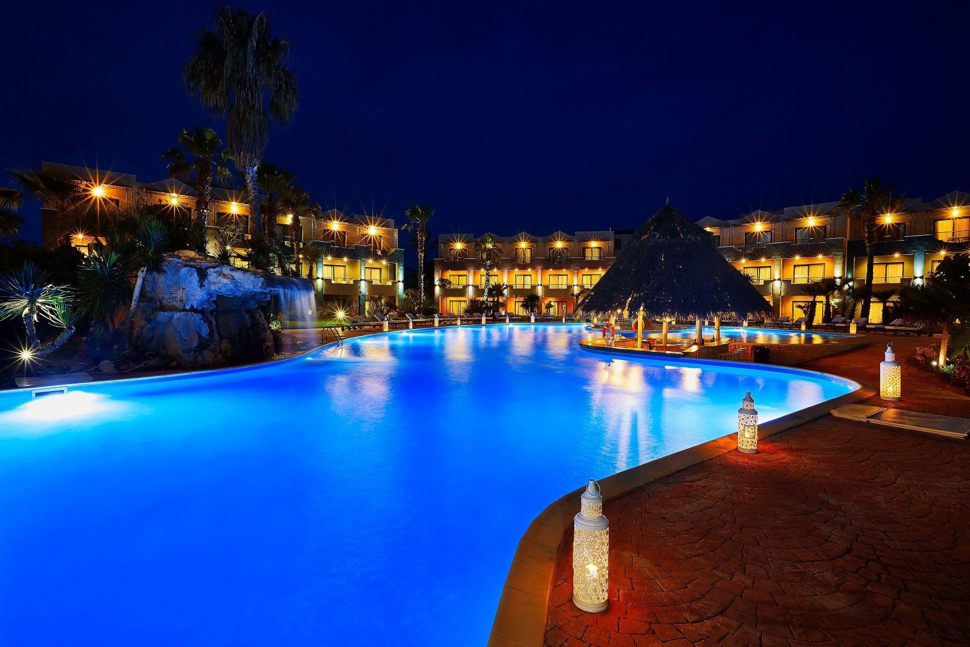Ilio Mare Hotels & Resorts - басейн през нощта