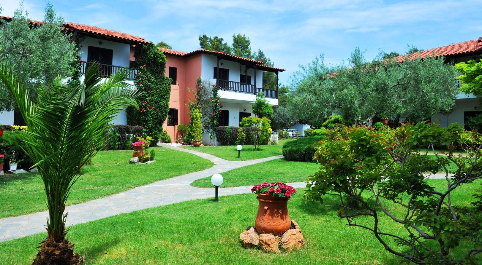 Philoxenia Bungalows Hotel - фасада и градина