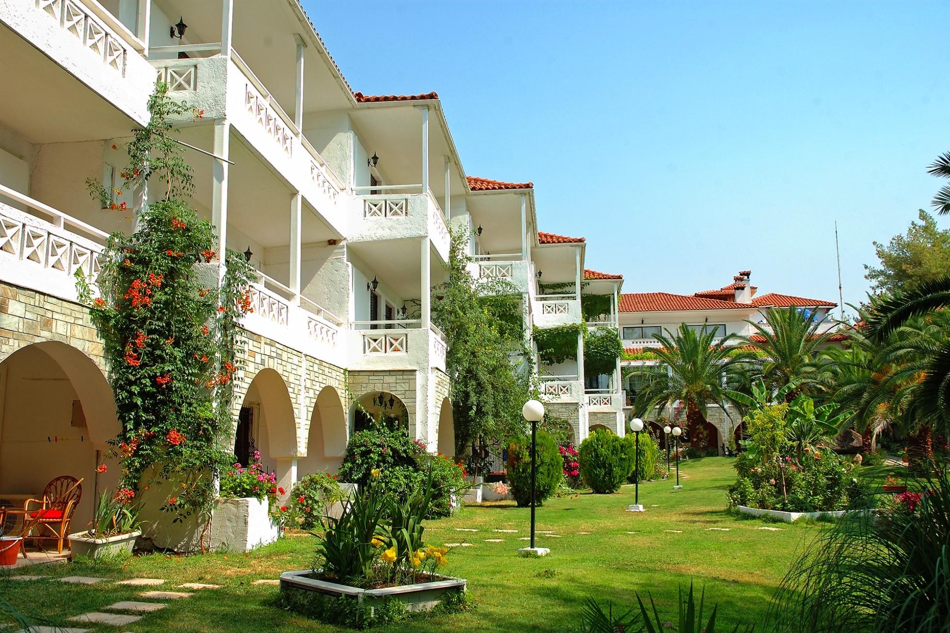 Porfi Beach Hotel - градина