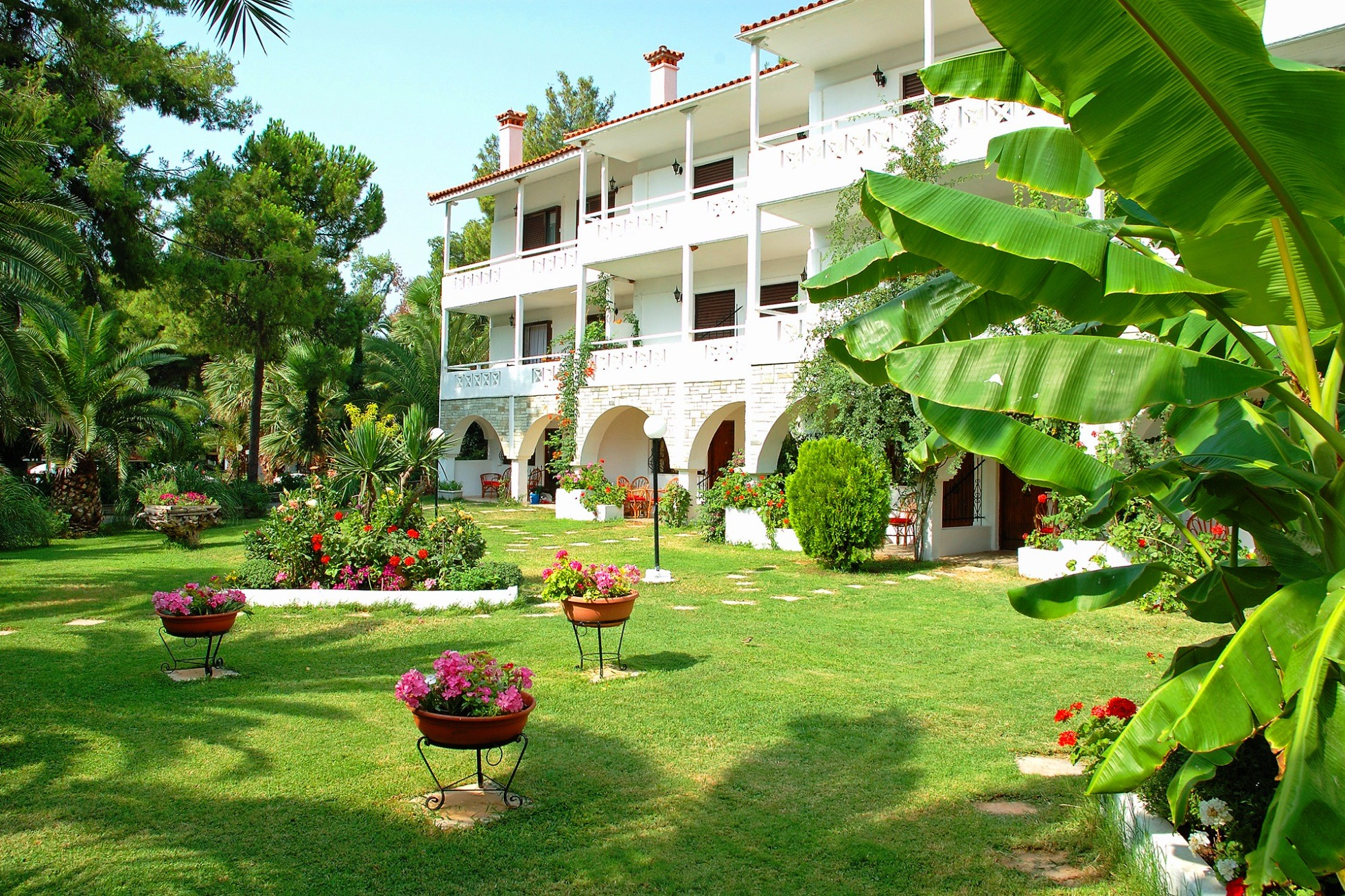 Porfi Beach Hotel - фасада и градина