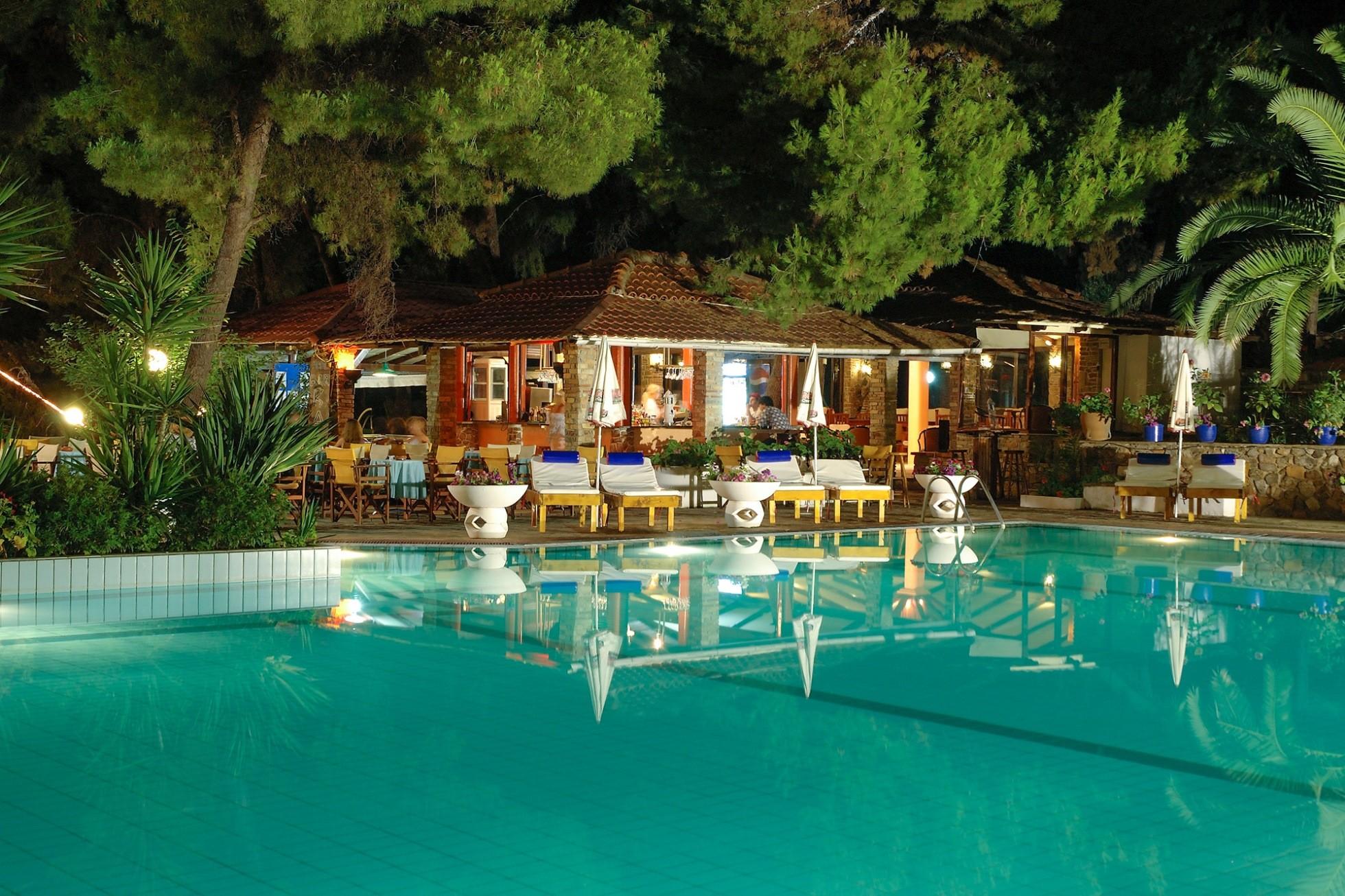 Porfi Beach Hotel - басейн вечер
