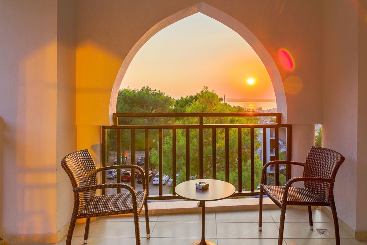 Ramada Resort Akbuk - тераса