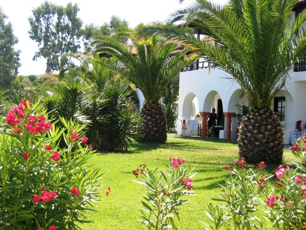 Assa Maris Hotel - градина