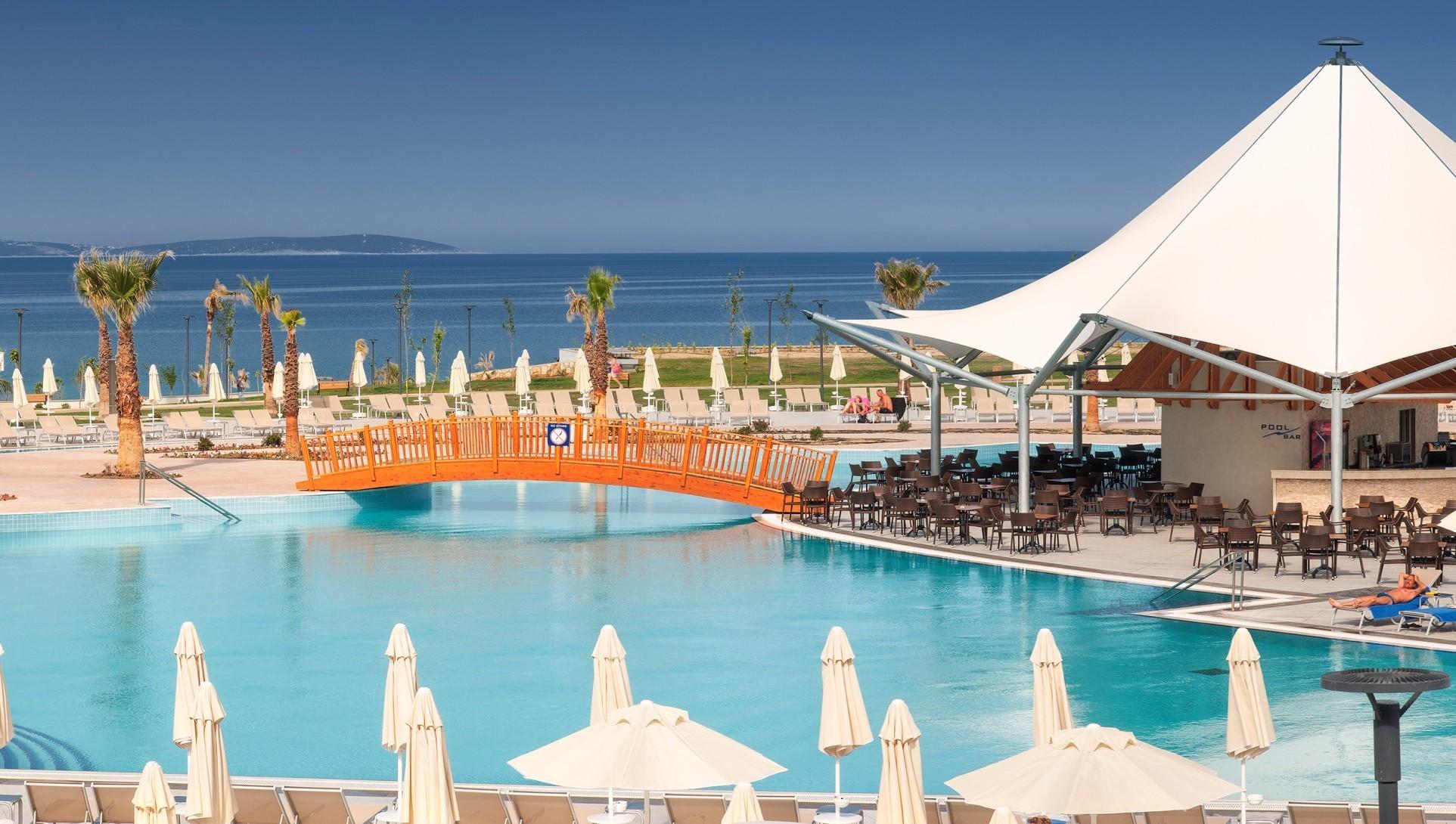 Aquasis De Luxe Resort & Spa - бар басейн