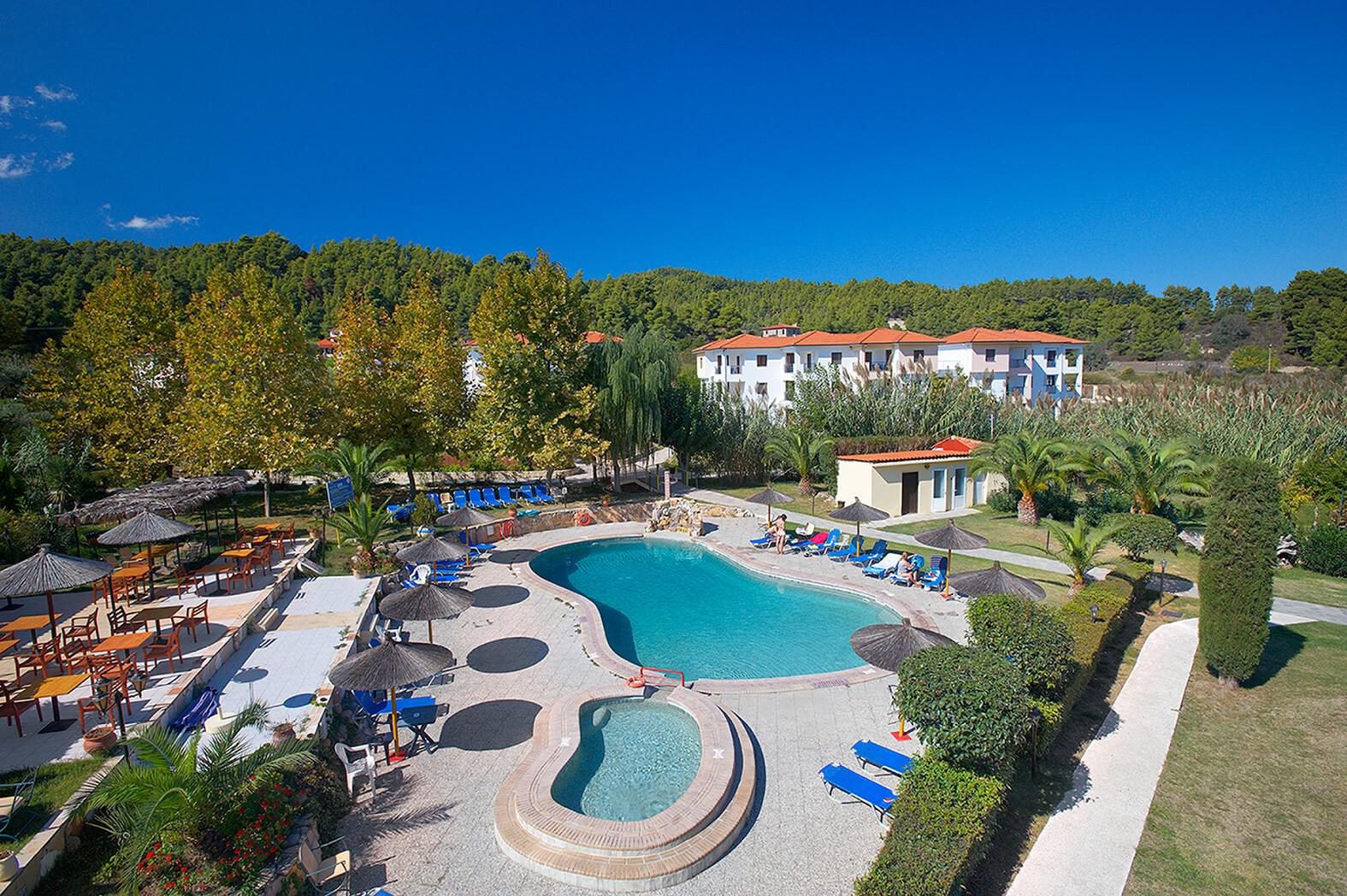 Chrousso Village Hotel - градина и фасада