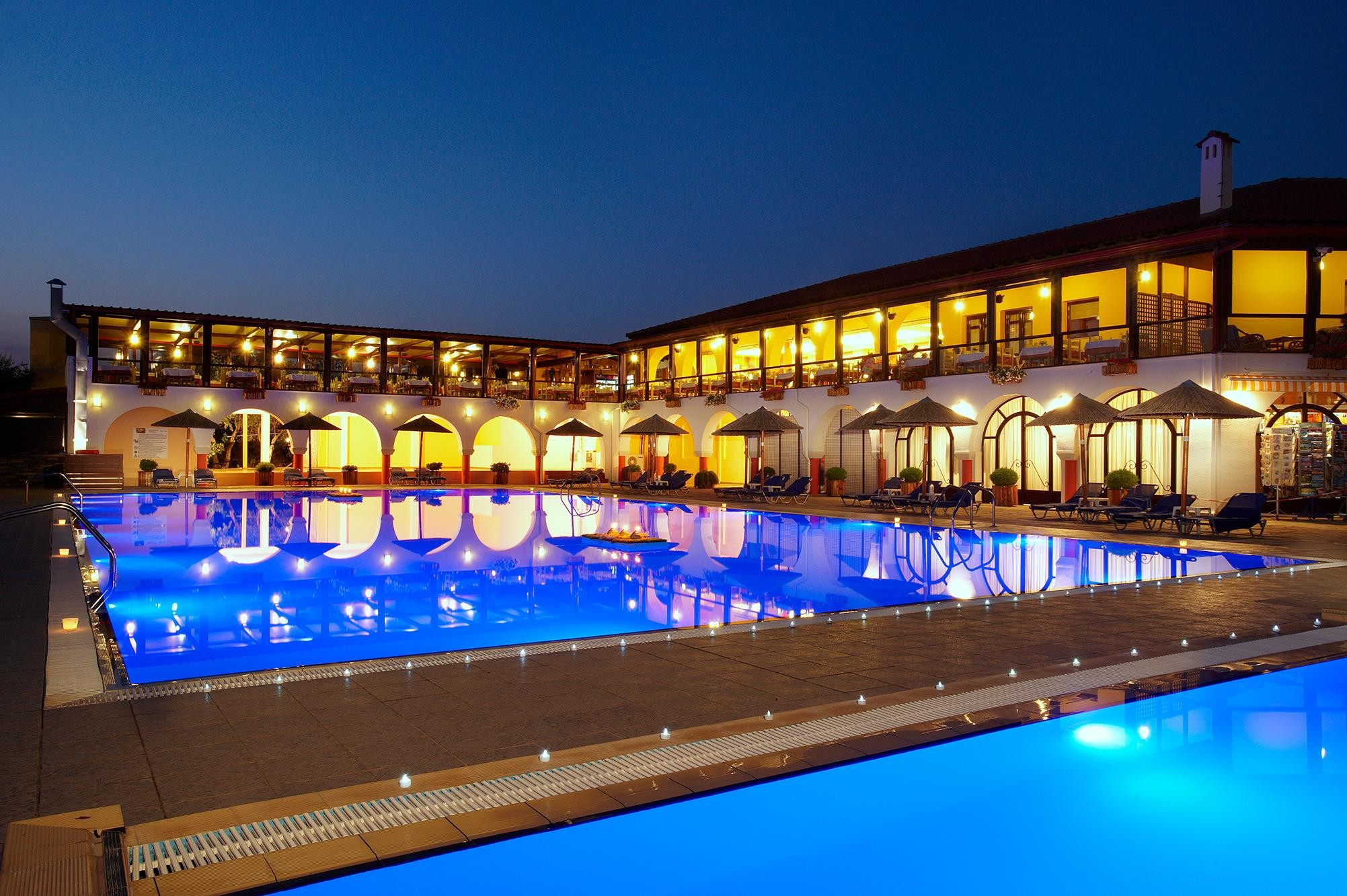 Blue Dolphin Hotel - басейн, вечер