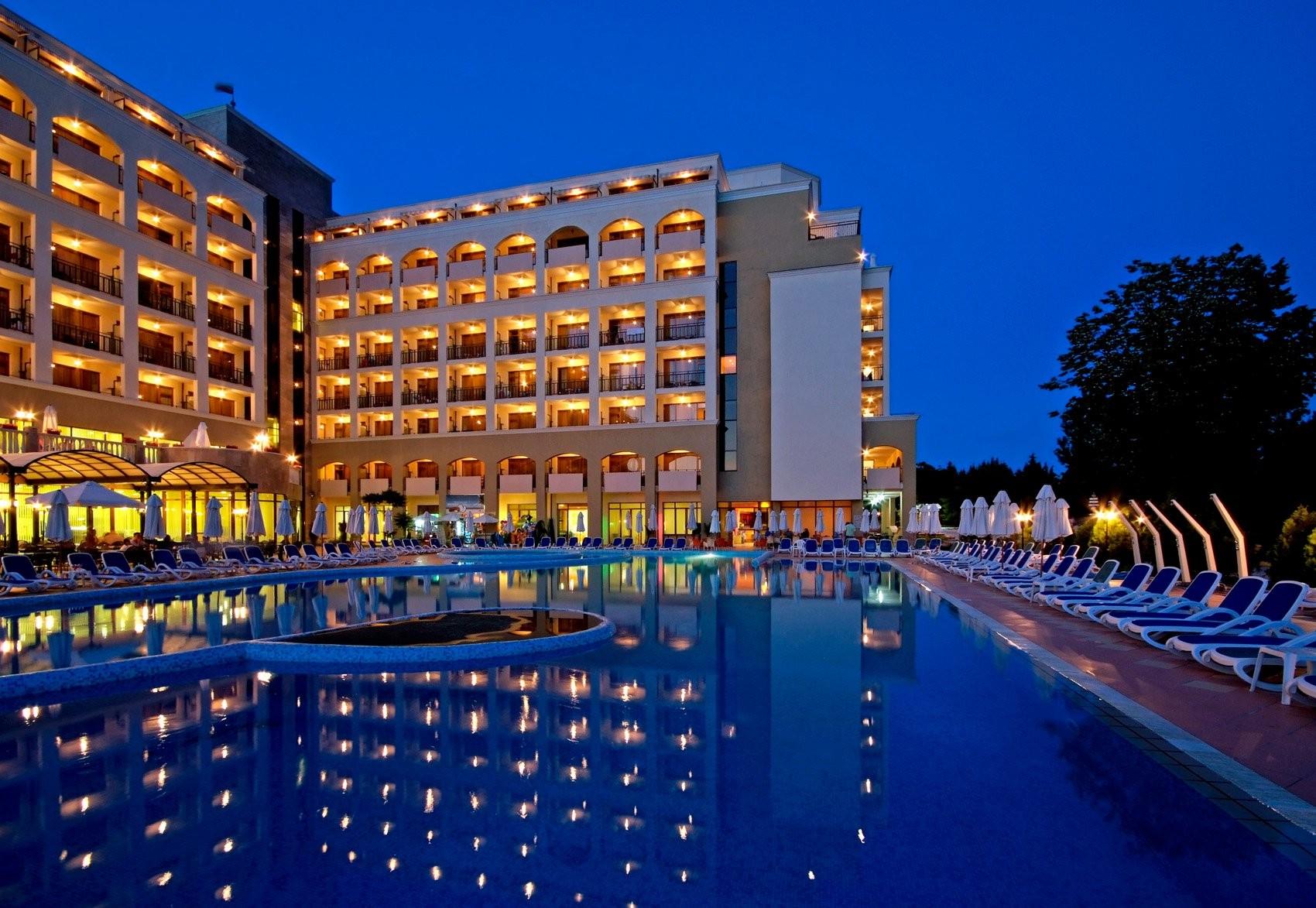 Хотели Сол Несебър Бей и Маре - нощен изглед