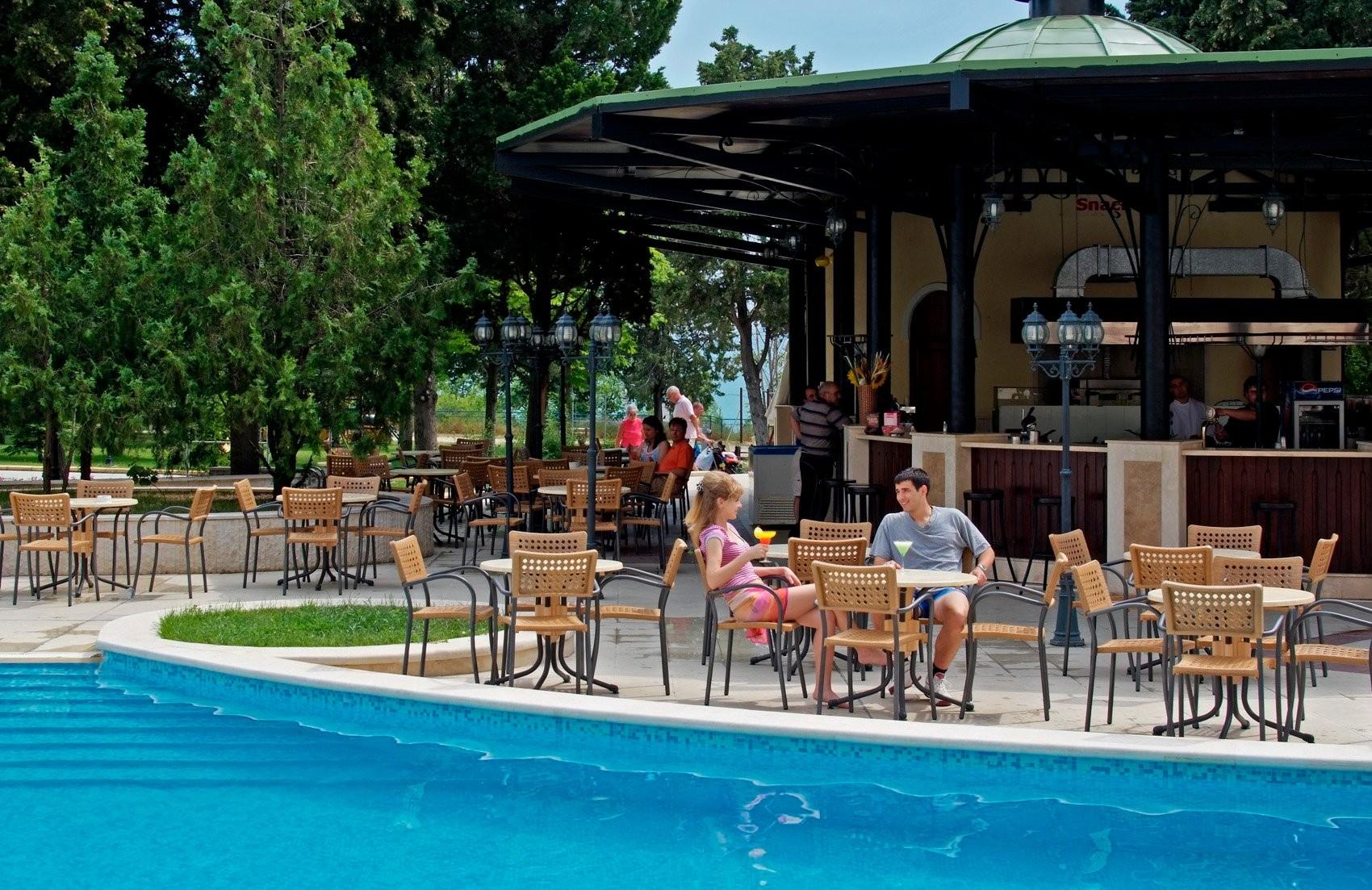 Хотел Сол Несебър Палас - бар край басейна