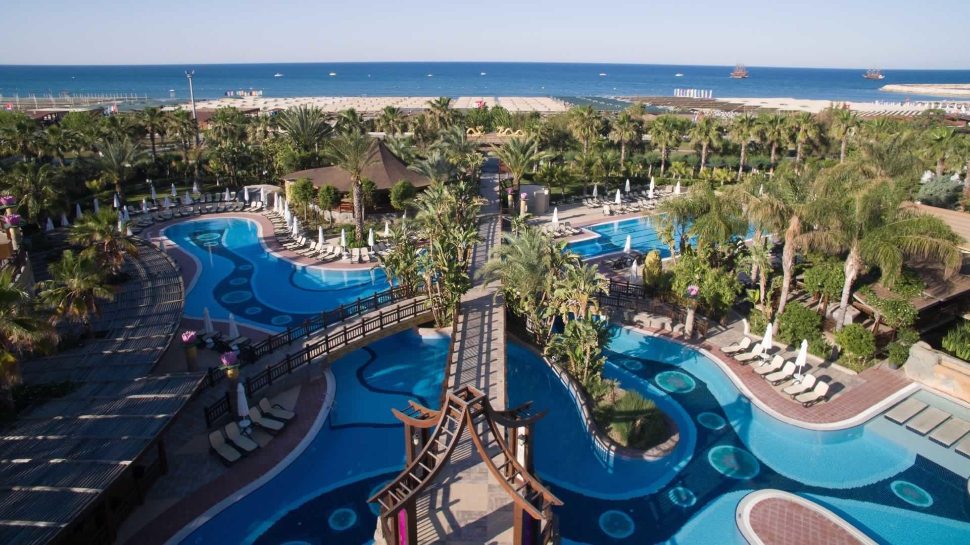 Royal Dragon Hotel - басейн от високо