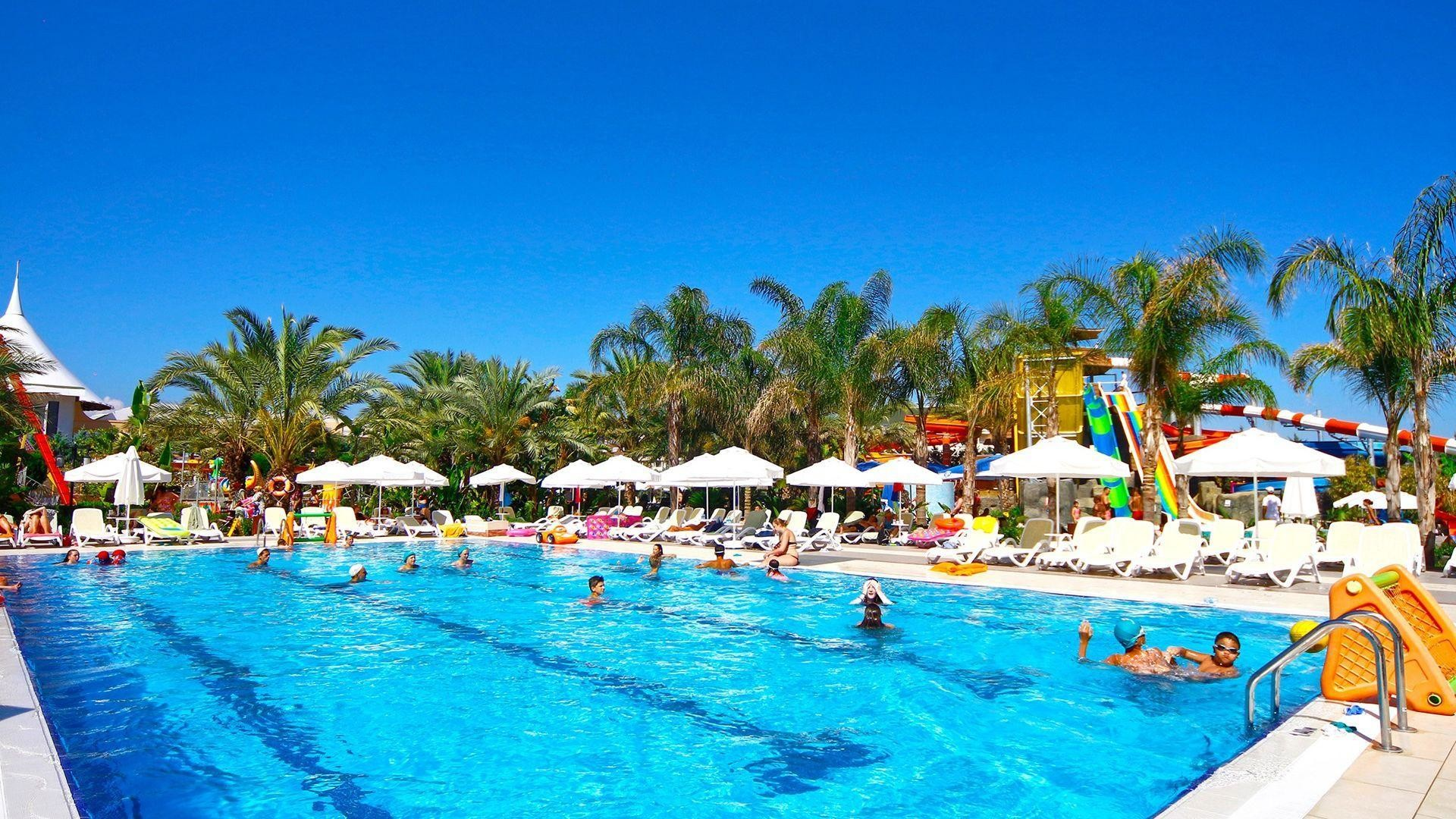 Royal Dragon Hotel - басейн