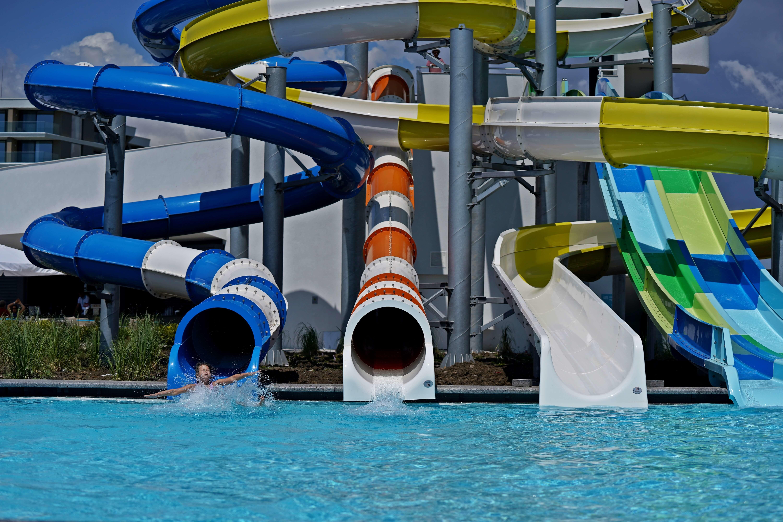 Wave Resort - басейн, пързалки