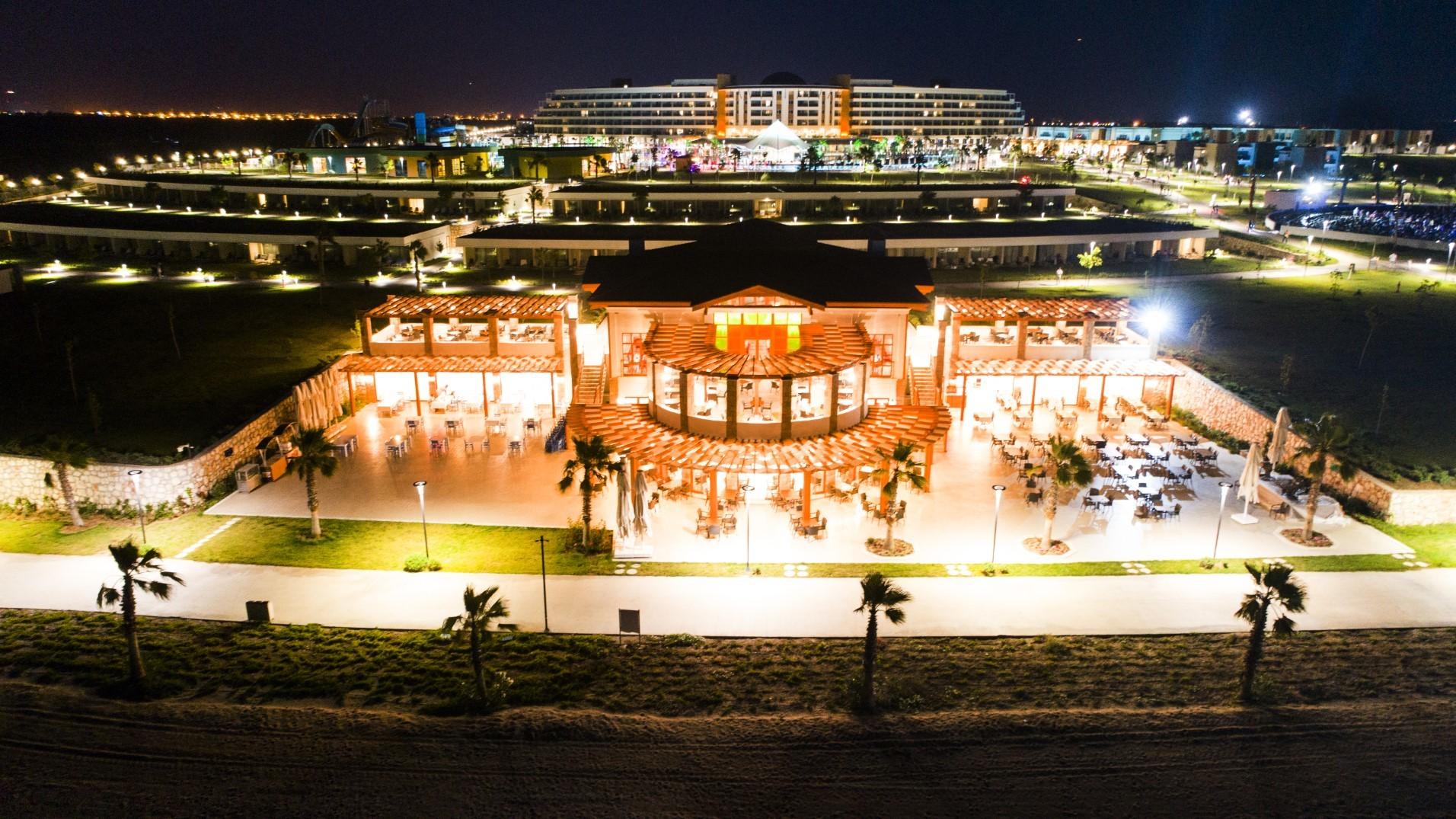 Aquasis De Luxe Resort & Spa - нощен изглед