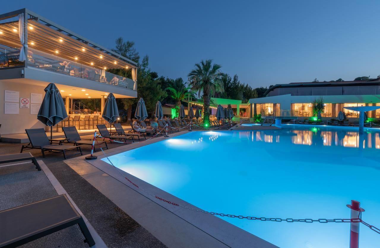 Poseidon Hotel Sea Resort - басейн нощна