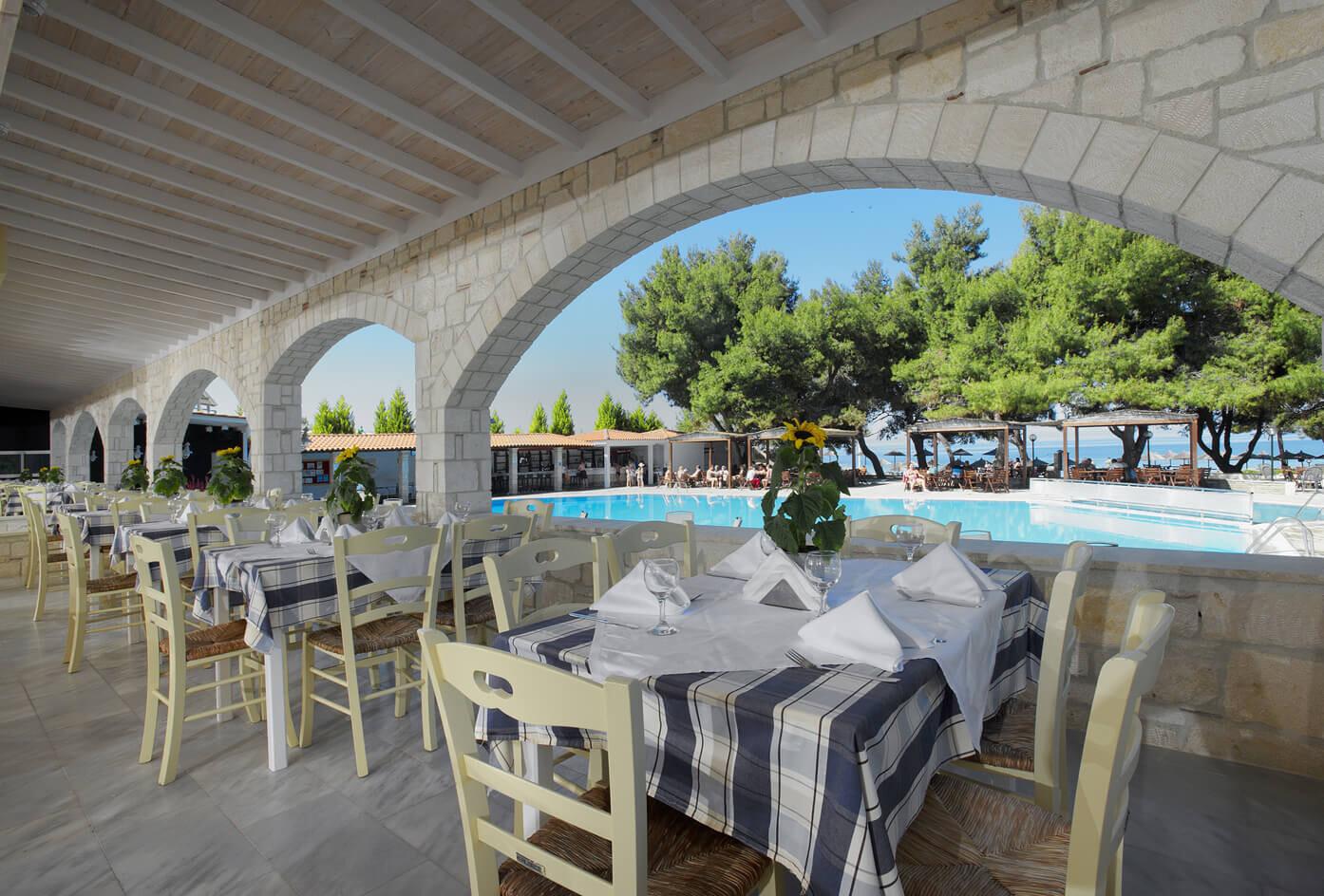 Portes Beach Hotel - ресторант с тераса