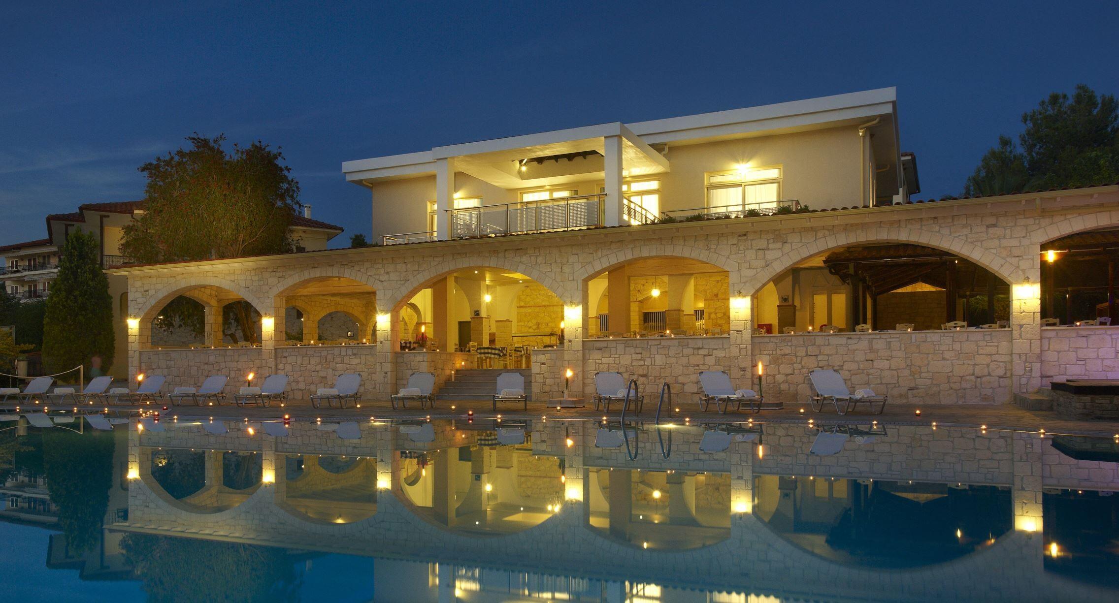 Portes Beach Hotel - вечерен изглед