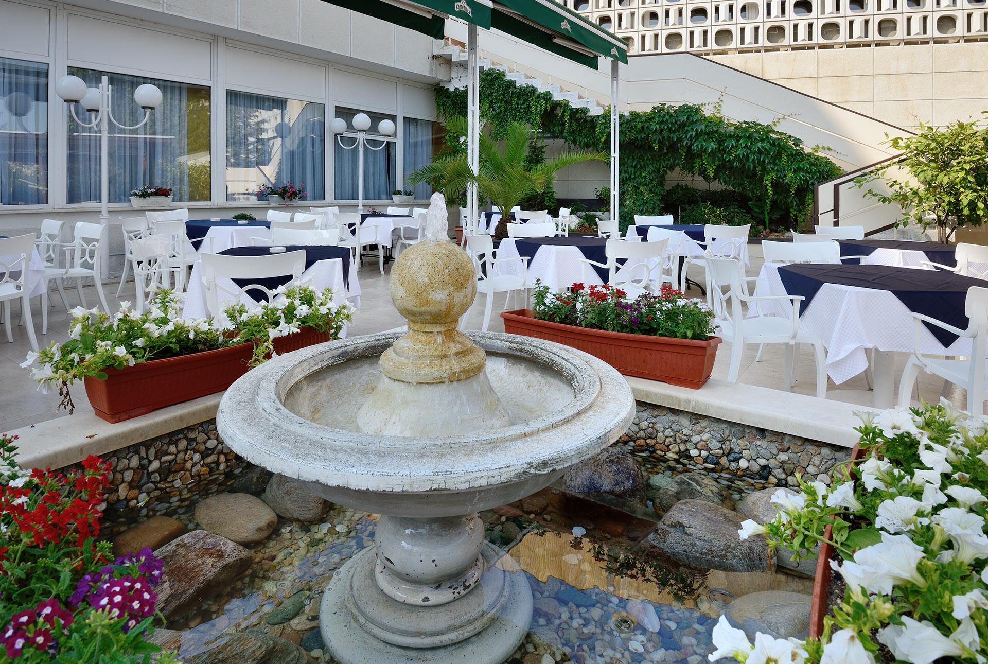 Спа Хотел Аугуста - фонтан в градината