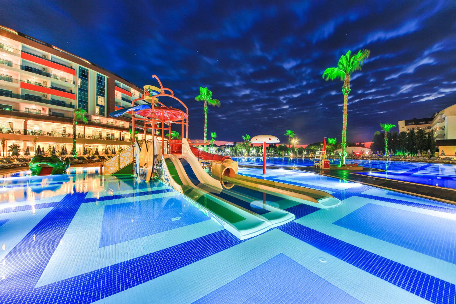 Lonicera Resort & Spa Hotel  - нощен изглед