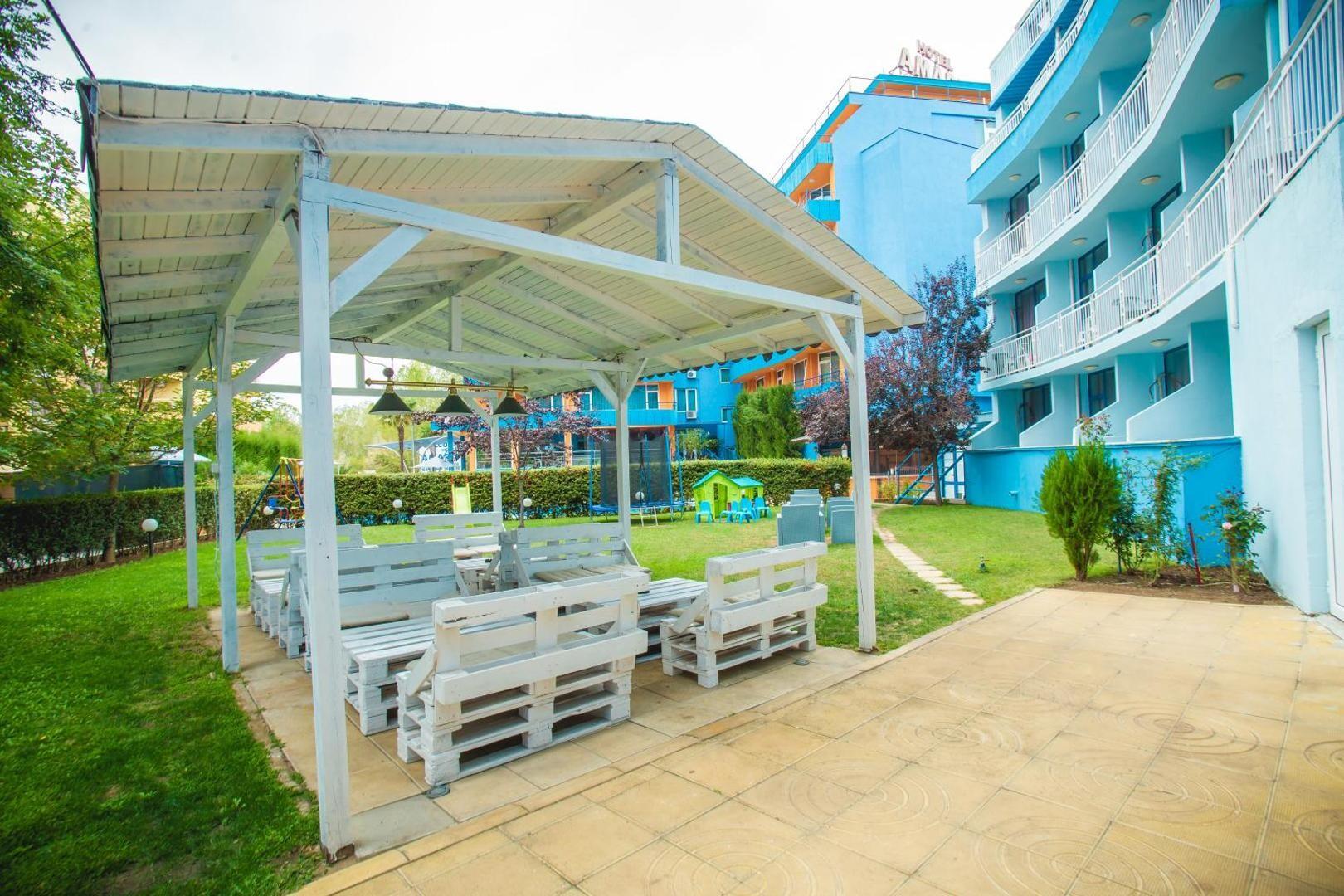 Хотел Бохеми - беседка с площадка